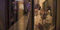 Девушки перед зеркалом. Архивное фото