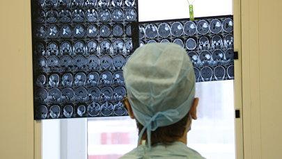 Мээнин рентген сүрөтүн карап жаткан дарыгер. Архив