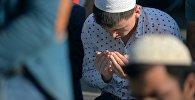 Мусульманин во время чтения молитвы. Архивное фото