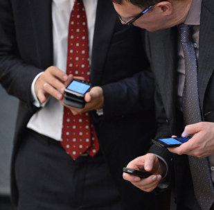 Телефон кармап турган чиновниктер. Архив