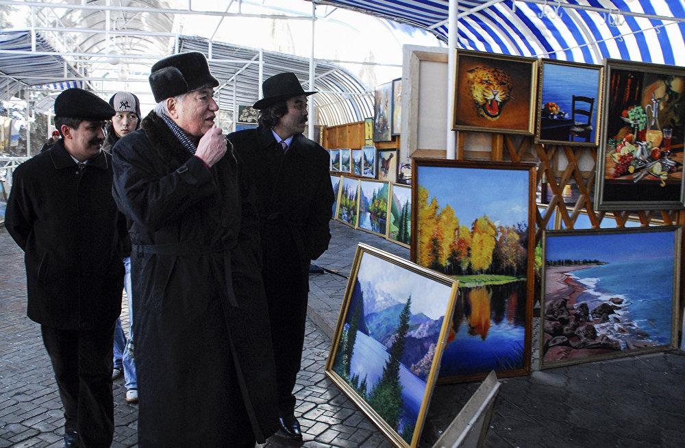 Айтматов осматривает картины в арт-галерее