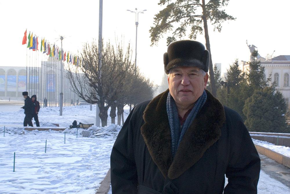 Айтматов на фоне площади Ала-Тоо
