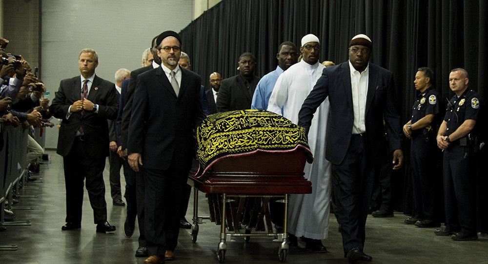 Люди везут гроб легенды бокса Мохаммеда Али во время молебна в Луисвилле, штат Кентукки, США.