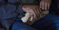 Руки пожилой мужчины . Архивное фото
