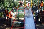 Сотрудники МП Тазалык во время ремонта детских площадок на проспекте Эркиндик