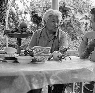 Кыргыз эл жазуучусу Түгөлбай Сыдыкбеков жана Чыңгыз Айтматов. Архив
