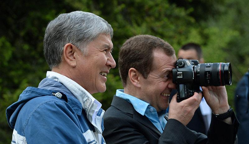 Президент Кыргызстана Алмазбек Атамбаев и глава правительства России Дмитрий Медведев во время прогулки по Ала-Арчинскому ущелью