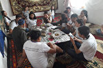 Шаарда туулуп, тили орусча чыгып калган улан-кыздар кыргыздын улуттук маданиятын түбүнөн түшүнүү, айылдын жашоосуна жакындоо үчүн бүгүн Нарын облусуна жөнөп кетти