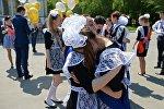 Школьники на празднике Последний звонок. Архивное фото