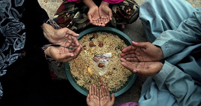 Молитва перед едой во время священного месяца Рамазан. Архивное фото