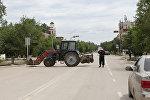 Полицейский Казахстана возле блокируемого района в городе Актобе. Архивное фото