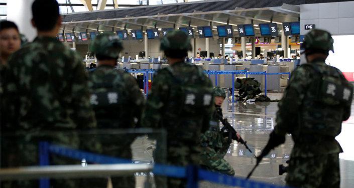 Сотрудники полиции и саперы в международном аэропорту Пудун в Шанхае, где произошел взрыв.