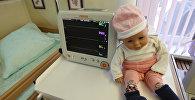 Детская кукла у медицинского оборудования. Архивное фото