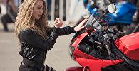 Девушка у мотоцикла на открытии мотосезона. Архивное фото