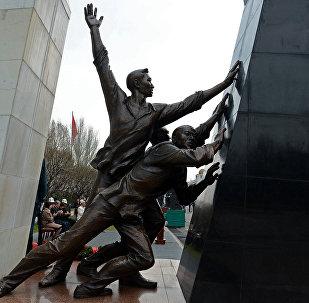 Бишкек шаарынын Ала-Тоо аянтында элдин эркиндиги үчүн курман болгондордун жаркын элесине арналып тургузулган монумент. Архив