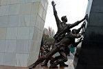Монумент памяти погибших за свободу народа во время Аксыйских событий 2002 года и Апрельских событий 2010 года, расположенному на центральной площади Ала-Тоо столицы республики. Архивное фото
