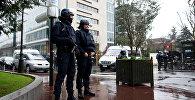 Сотрудники полиции охраняют штаб-квартирк французского Главного управления внутренних дел.
