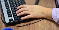 Мужская рука на клавиатуре. Архивное фото