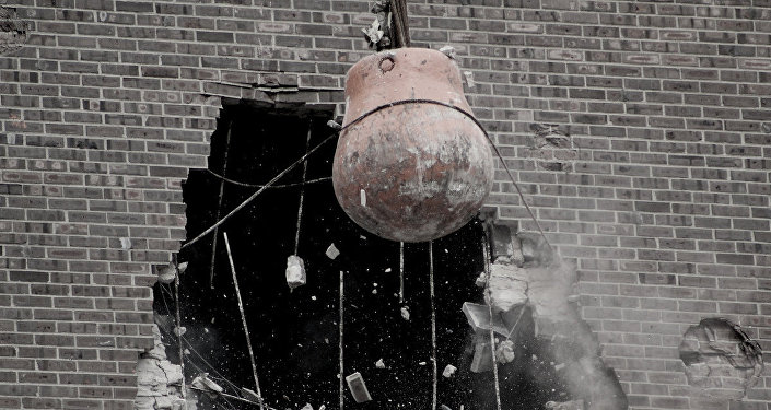Кран во время сноса дома. Архивное фото