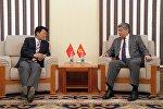 Кыргызстанда дипломатиялык миссиясы аяктаган Кытайдын элчиси Ци Даю жана тышкы иштери министри Эрлан Абдылдаев. Архив