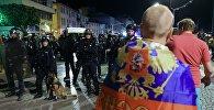 Полицейские стоят в оцеплении во время беспорядков после окончания матча группового этапа чемпионата Европы по футболу - 2016 между сборными командами Англии и России в Марселе.