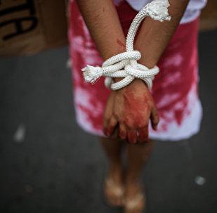Девочка с завязанными руками. Архивное фото
