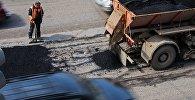 Рабочий во время ремонта дороги. Архивное фото
