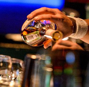 Бармен разливает напитки. Архивное фото