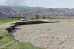 Кочкор районунун Көк-Жар айылында Жоон-Арык суусу дамбаны бузуп кетти