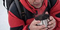 Мужчина пьет горячий напиток. Архивное фото