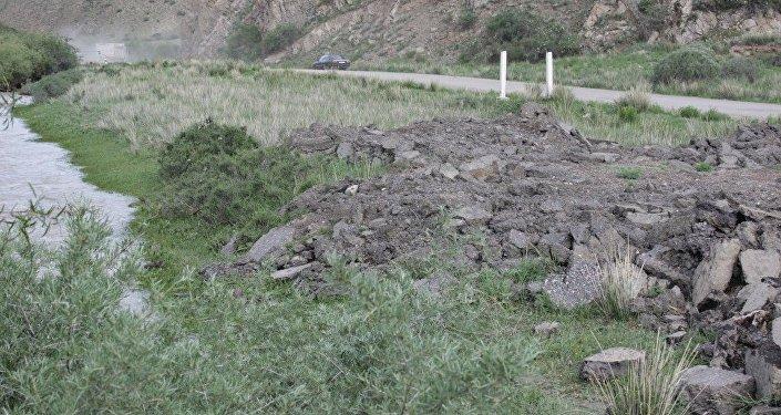 По данным МЧС, из-за дождей поднялся уровень воды в реке Кара-Кужур.