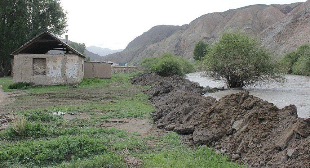 Река в селе Сары-Булак на котором сель смыл мост