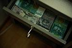 Доллары и сомы в сейфе