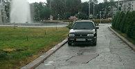 Улуттук филармониянын жанындагы киши баскан жолго токтотулуп турган Volkswagen үлгүсүндөгү унаа