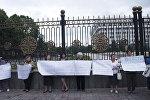 Жители столицы на митинге против законопроекта о параллельном проектировании и строительстве у здания Жогорку Кенеша