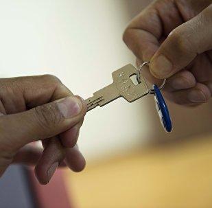 Квартирные ключи в руках мужчины. Архивное фото