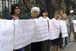 Курулушчу-депутат кетсин! — Жогорку Кеңештин алдындагы митинг