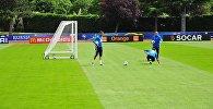 Показательная тренировка сборной России по футболу на стадионе Омниспорт Парк в пригороде Парижа Круасси-сюр-Сен