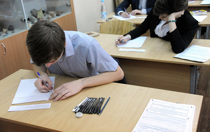 Школьники на экзамене. Архивное фото