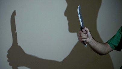 Мужчина держит в руке нож. Архивное фото