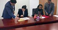 Главы постоянных представительств Кыргызстана и Маврикия подписали документ об установлении дипломатических отношений