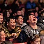Зал оглушал нескончаемый смех зрителей