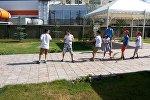Бишкек шаарынын четинде окуучуларды көчмөн турмушка жетелеген жайкы лагерьдеги балдар