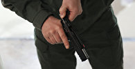 Мужчина с пистолетом. Архивное фото