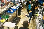 Испанская официантка пяткой отправила падающий стакан в раковину
