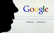 Мужчина на фоне поисковика Google. Архивное фото