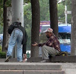 Прохожий отбирал деньги у нищего — соцэксперимент в Бишкеке