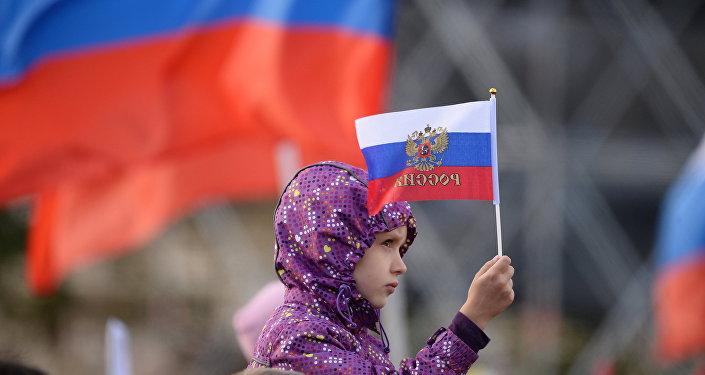 Девочка с флагом Российской федерации. Архивное фото