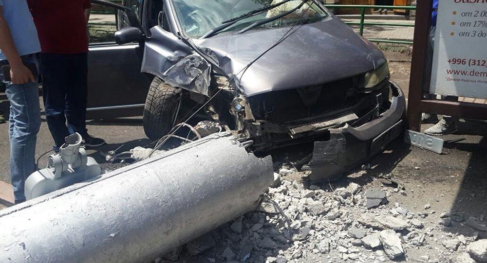 Машина пострадавшего на ДТП на пересечении проспекта Манаса и улицы Боконбаева в Бишкеке