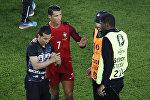 Криштиану Роналду Парижде Евро-2016 чемпионатынын алкагында өтүп жаткан матчта стадионго чуркап чыккан фанаты менен сүрөткө түшүп жатат